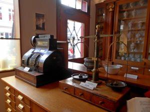 Handverkaufstisch im Museum. Foto: Ruth Dresen